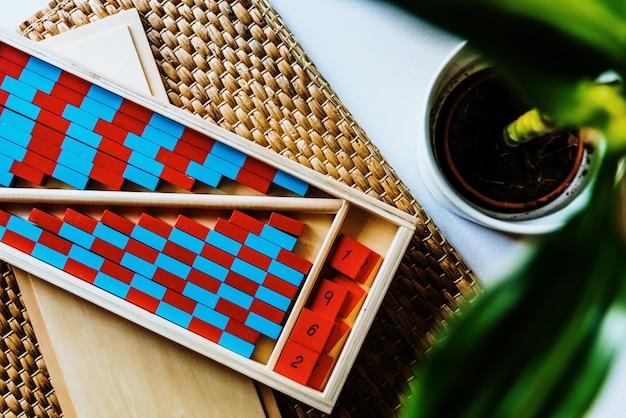 Planken met rode en blauwe montessori om het kind met visuele helderheid te vergemakkelijken