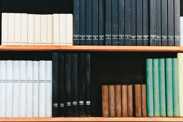Planken met valse boeken als decoratie.