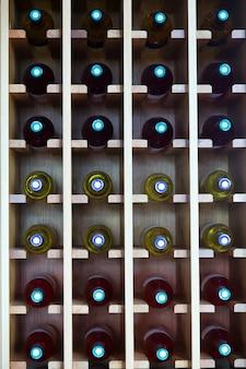 Planken met wijnflessen in café