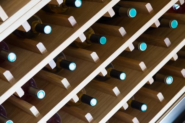 Planken met wijnflessen