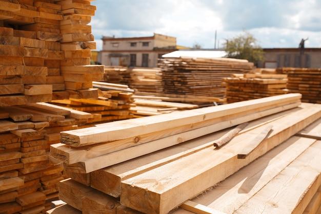 Planken op houtfabriek magazijn buiten, niemand, houtindustrie, timmerwerk. houtverwerking op fabriek, boszagen in houtzagerij, zagerij