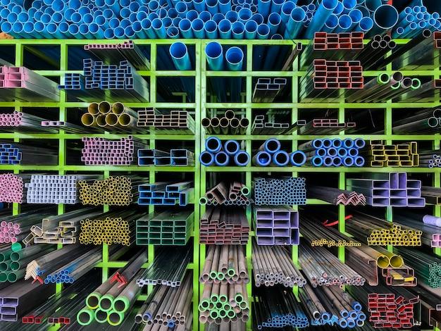 Planken van verschillende metalen producten en pvc-buizen
