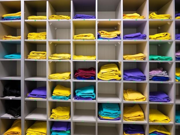 Planken voor opslag van werkkleding van werknemers in de onderneming