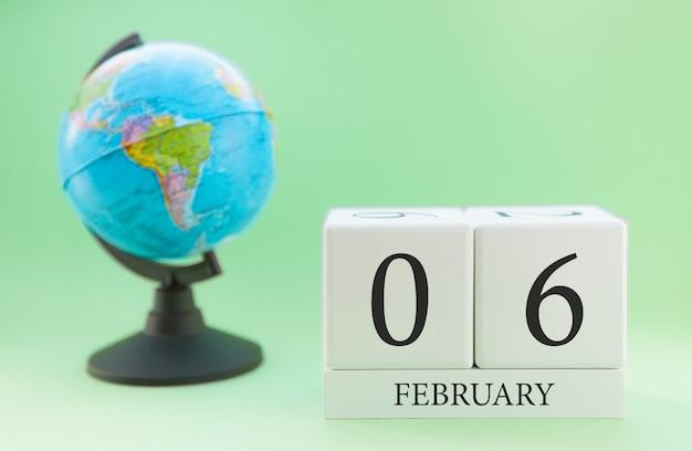 Planner houten kubus met getallen, 6 dag van de maand februari, winter
