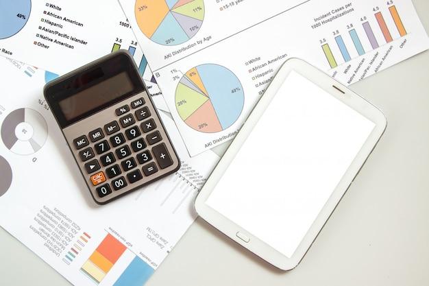 Planning van business en finance per lood voor stroomschema en gebruik calculator en taplet voor berekenen, zakendoen en finace