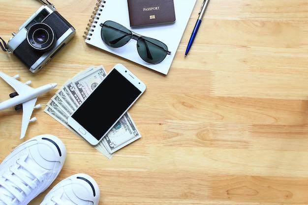 Planning voor reisset van reisaccessoire en ontspan met copyspace