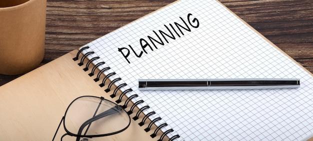 Planning woorden geschreven op de office-notebook