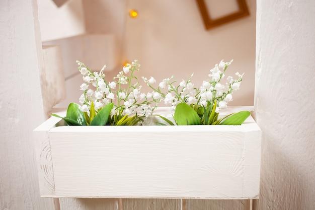 Plant bloemen op de pot
