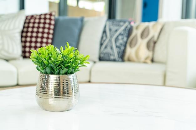 Plant in vaasdecoratie op tafel in de woonkamer
