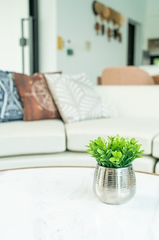 Plant in vaasdecoratie op tafel in woonkamer