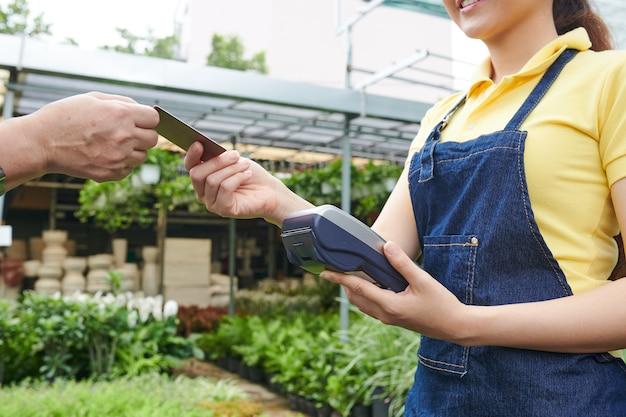 Plant kwekerij werknemer accepteren betaling