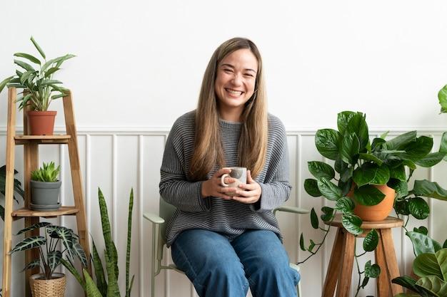 Plant lady rustend en nippend team in haar plantenhoek