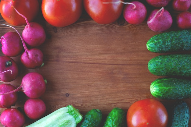 Plantaardig kader van komkommers, radijs, tomaat