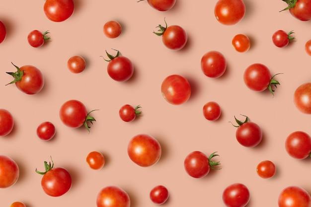Plantaardig patroon van vers geplukte natuurlijke organische rijpe gezonde tomatenkers