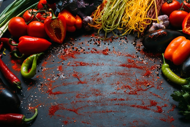 Plantaardig voedsel biologische peper tomaat pasta aubergine achtergrond vegetarisch concept