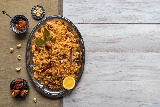 Plantaardige biryani, vegetarisch gerecht op een zwarte tafel. bovenaanzicht, kopieer ruimte