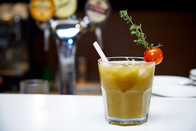 Plantaardige cocktail in een glas op de balk
