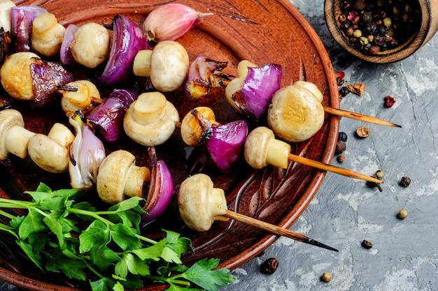 Plantaardige kebab met champignons