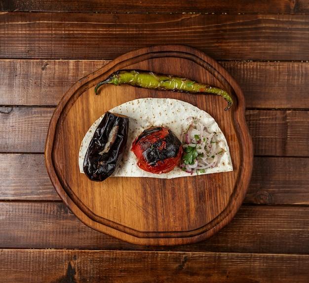 Plantaardige kebab op lavash bovenaanzicht