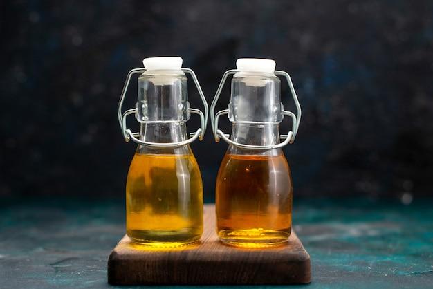 Plantaardige olie in blikjes op donker