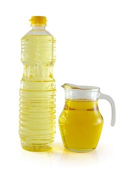 Plantaardige olie in een plastic fles en pot