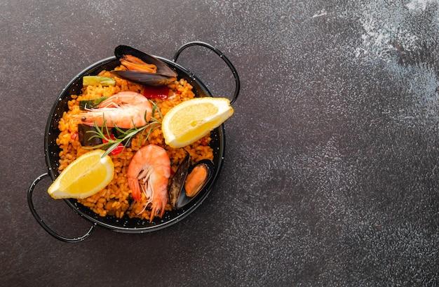 Plantaardige paella met zeevruchten, bovenaanzicht en kopie ruimte