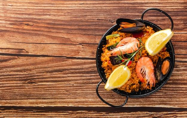Plantaardige paella met zeevruchten