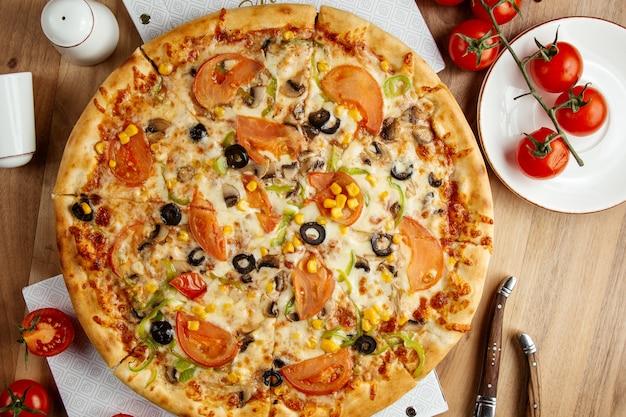 Plantaardige pizza bovenaanzicht