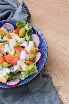 Plantaardige salade in kom op tafel