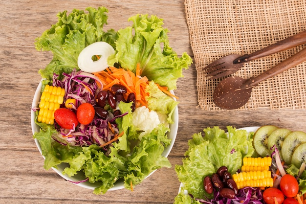 Plantaardige salade op houten achtergrond