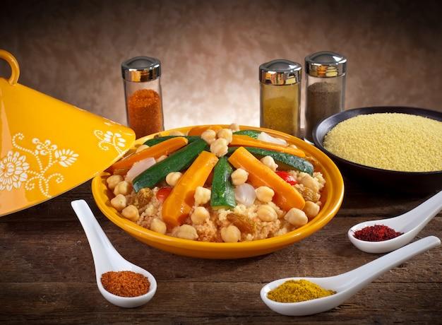 Plantaardige tajine met couscous en kruiden