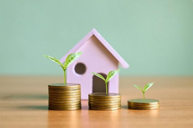 Planten die groeien op stapels munten vastgoedinvesteringsideeën