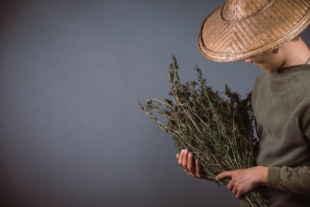 Plantenbakken houden cannabisbomen op een grijze achtergrond.