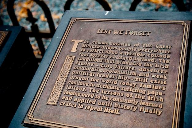 Plaquette bij het irish famine memorial in boston, massachusetts, vs.