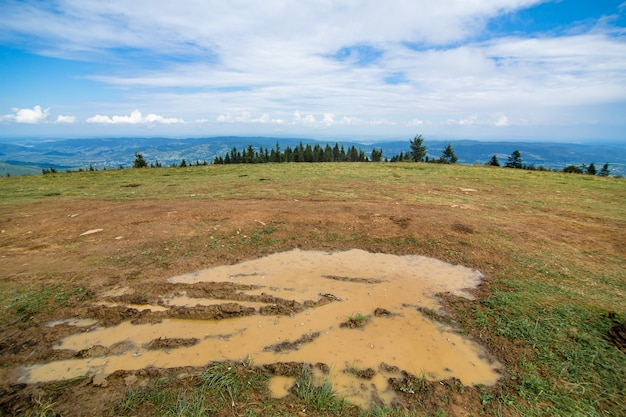 Plas modder op de heuveltop na een regenachtige dag