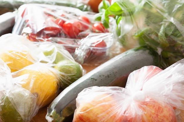 Plastic afval voor eenmalig gebruik. groenten en fruit in plastic zakken