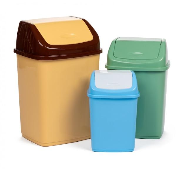 Plastic afvalbak die op witte achtergrond wordt geïsoleerd