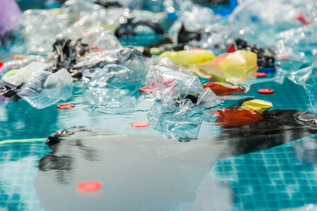 Plastic afvalvervuiling in het watermilieu.