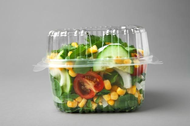 Plastic bakje met salade