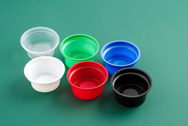Plastic bakjes voor het eten van verschillende kleuren