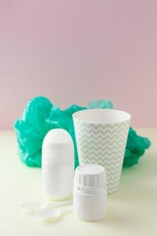 Plastic beker en pakjes ernaast