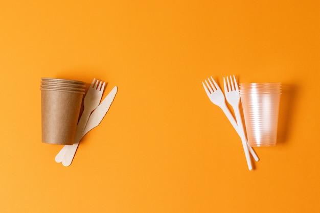 Plastic beker en vorken en papieren bekers