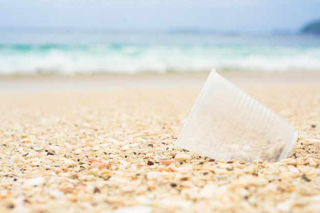 Plastic beker op het strand