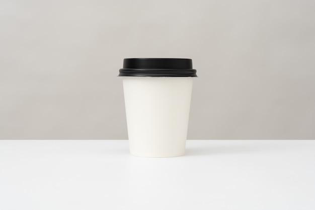 Plastic beker voor warme dranken met een deksel