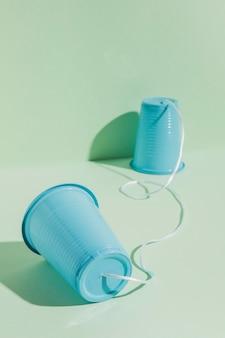 Plastic bekers bevestigd met touwtje