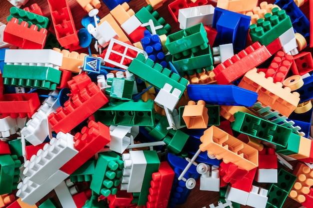 Plastic bouwstenen die op houten worden geïsoleerd