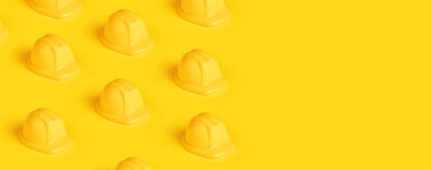 Plastic bouwvakker over gele achtergrond, panoramisch beeld met ruimte voor tekst