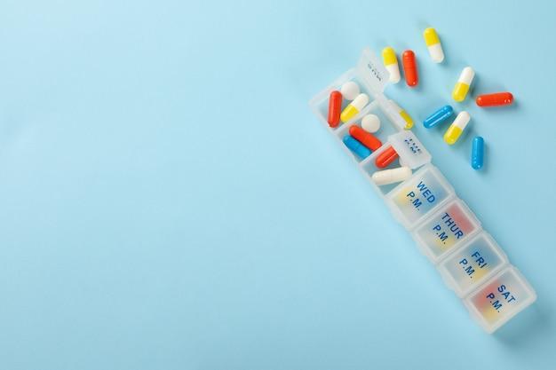 Plastic containers met geïsoleerde pillen
