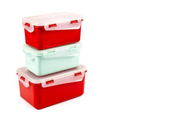 Plastic containers van verschillende groottes voor voedselproducten geïsoleerd met kopieerruimte zijaanzicht