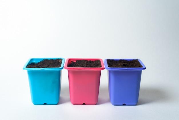 Plastic containers voor het planten van zaden op zaailingen.